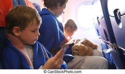 gezin, verpakte, in, counterpane, zittende , boord aan, van, de, vliegtuig