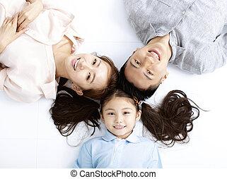 gezin, vloer, bovenzijde, aziaat, vrolijke , het liggen, aanzicht