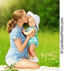 gezin, walk., moeder, baby, kussende , vrolijke