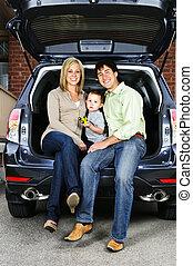 gezin, zittende , in rug van, auto