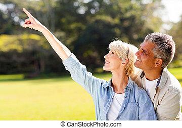 gezonde , paar, middelbare leeftijd , buitenshuis