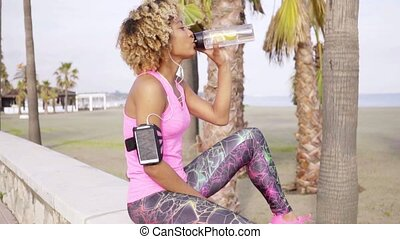 gezonde , sportief, vrouw, drinkt, gebotteld water