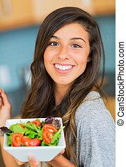 gezonde vrouw, eten, slaatje