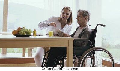 gezondheid bezoeker, en, een, oude vrouw, met, tablet.