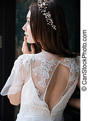 ghirlanda, giovane, sposa, vestito bianco, sensuale