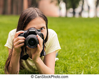 giù, bugia, ragazza, macchina fotografica, erba