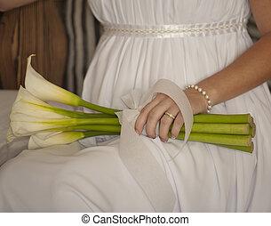 giù, sposa, mentre, fiori tengono, seduto