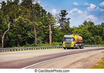 giallo, camion, con, serbatoio, semi-roulotte, su, uno, strada