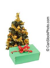 giallo, decorato, albero natale, e, regalo, con, nastro rosso
