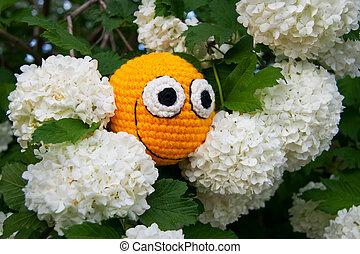 giallo, smiley, tra, fiori