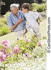 giardino, nipote, nonno, parlare, fuori, sorridente