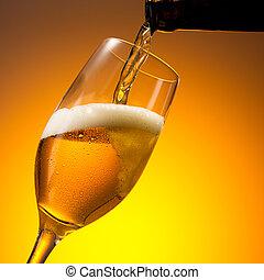 gießen, kalte , deutsch, bier, in, zu, a, glas