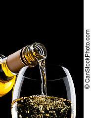 gießen, weißwein, von, flasche, zu, glas, auf, schwarz