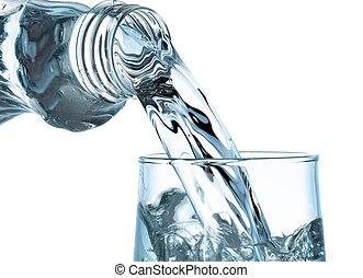 gießenden wasser, von, flasche, in, glas, weiß, hintergrund