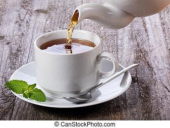 gieten, thee, in, kop van thee