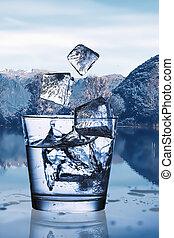 gietend water, met, ijs, in, een, glas, tegen, de, natuur landschap
