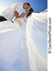 gift, &, par, brudgum, brud, bröllop, kyssande, strand