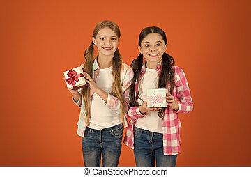 gifts., 本当, childhood., gift., 女の子, 贈り物, 小さい, boxes., 一突き, 交換, birthday, 子供, 子供, yourself., 買い物, 伝統, concept., 夢, 贈り物, かわいい, 把握, 来なさい, 幸せ, tour.