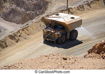 gigante, camión de agua, supressing, polvo, en, cobre, mina
