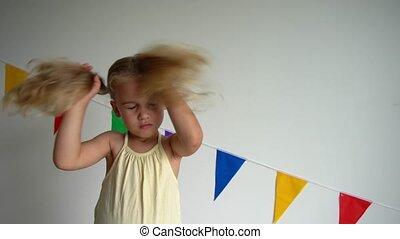 gimbal, cheveux, jeu, pigtail., ralenti, girl, bouclé, blonds, enfantqui commence à marcher, elle, mouvement