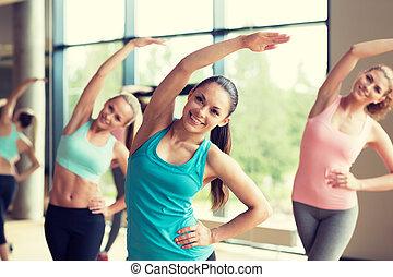 gimnasio, afuera, grupo, mujeres que trabajan