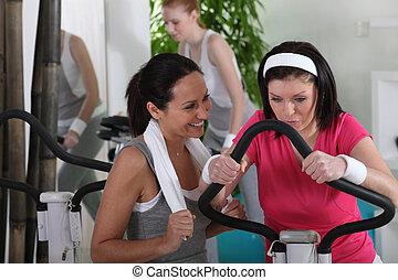 gimnasio, afuera, mujeres que trabajan