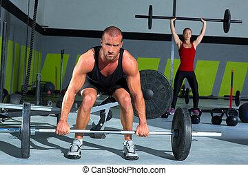 gimnasio, con, levantamiento de pesas, barra, entrenamiento, hombre y mujer