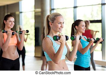 gimnasio, dumbbells, grupo, mujeres