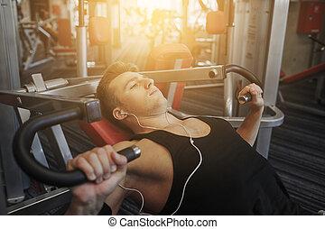 gimnasio, ejercitar, joven, máquina, audífonos, hombre