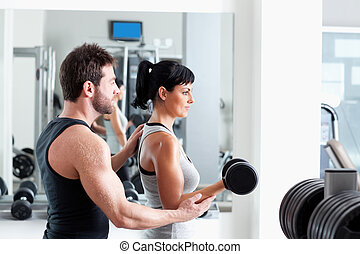 gimnasio, mujer, entrenador personal, con, cargue instrucción