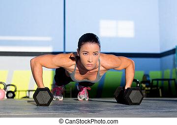 gimnasio, mujer, tracción, fuerza, pushup, con, dumbbell