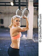 gimnasta, atleta, anillos, ejercitar, muscular, hembra