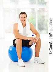 ginásio, bola, homem jovem, sentando