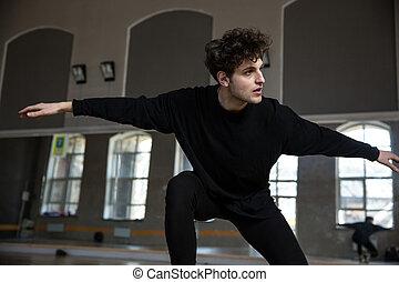 ginásio, bonito, homem jovem, dançar
