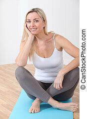ginásio, mulher, tapetes, loura, sentando