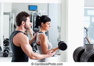 ginásio, mulher, treinador pessoal, com, treinamento peso