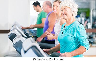 ginásio, treadmill, grupo, sênior, pessoas