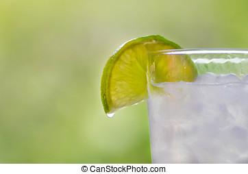 Gin tonic cocktail - C?ctel de gin tonic servido con una...