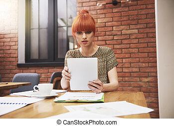gingembre, créatif, femme, travailler, bureau