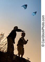 gioco, aeroplani carta, due bambini