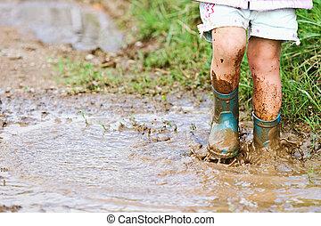 gioco bambino, in, il, fango