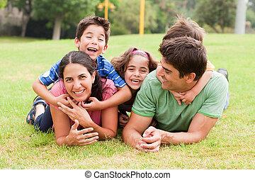 giocoso, sorridente, dire bugie, famiglia, fuori