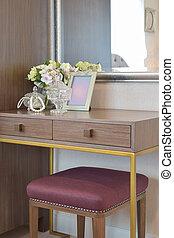 gioielleria, cristallo, vaso, con, cornice, e, fiori, su, il, legno, tavola veste