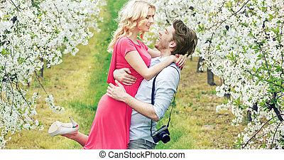 gioioso, coppia, in, il, fragrante, frutteto