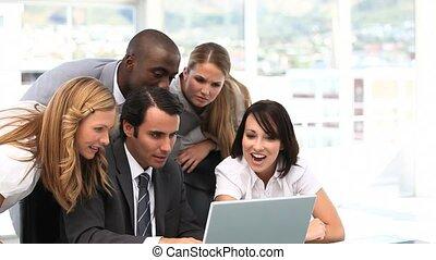 gioioso, squadra affari, guardando, uno, l