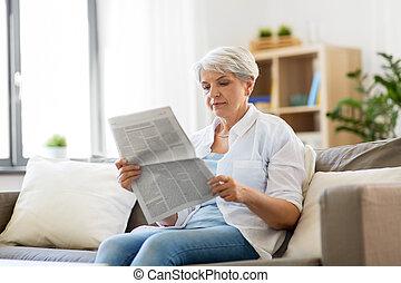 giornale, casa, donna senior, lettura