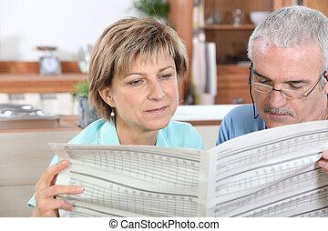 giornale, coppia, lettura, cucina