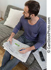 giornale, divano, lettura, uomo