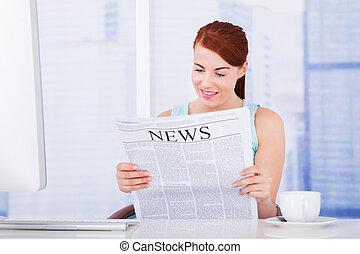 giornale, donna, computer, lettura, scrivania
