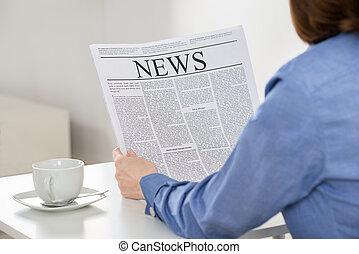 giornale, donna d'affari, lettura, ufficio